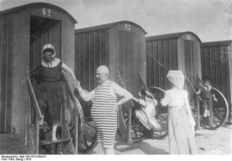 Kommen als Täter nicht in Frage: Kurgäste auf Norderney vor Badewägen anno 1910. Quelle: Bundesarchiv Bild 146-1973-030A-51 Strandbad Norderney 23d65