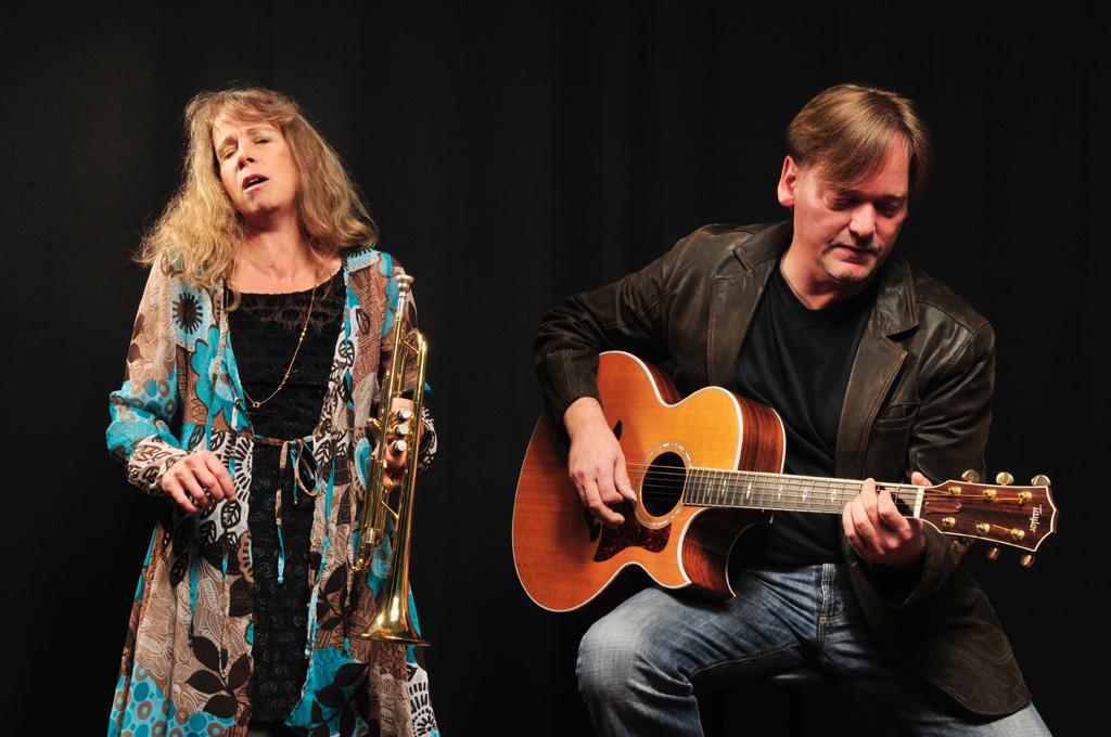 Sue Sheehan und Günter Kramer ergänzen in idealer Weise das Klangbild des jeweils anderen und schaffen als Duo eine musikalische Komplexität, die die reduzierte Größe dieser Besetzung vergessen lässt. (suddenflow.de)