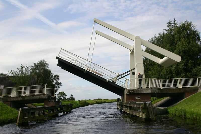 Klappbrücke über den Ems-Jade-Kanal nahe Fahne, Gemeinde Ihlow. (Foto: Frisia Orientalis / Wikipedia, CC-by-SA 3.0)