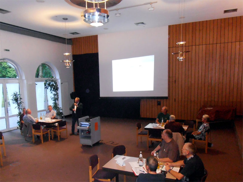 Werner Krosse (KVHS Norden) erklärt den Ablauf des Polkitiker-Speed-Datings am 5. September 2013. (Foto: ts / cc-by-sa)