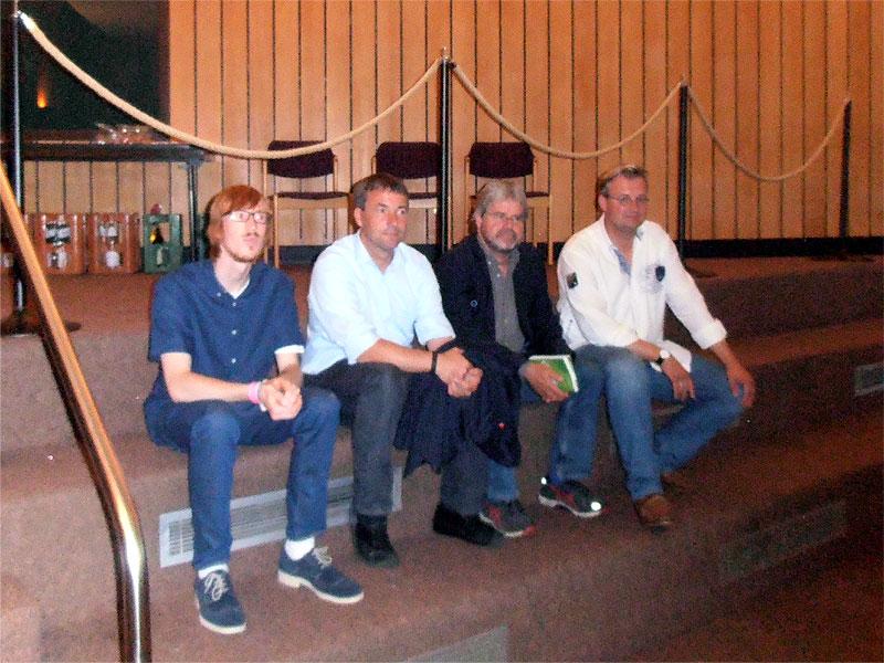 Die Direktkandidaten des Wahlkreises 24 warten auf ihren Einsatz beim Politiker-Speed-Dating (v.l.): Marco Notman (Linke), Johann Saathoff (SPD), Thilo Hoppe (Grüne) und Heiko Schmelzle (CDU). Stephan Bünting (FDP) musste krankheitsbedingt absagen. (ts / cc-by-sa)