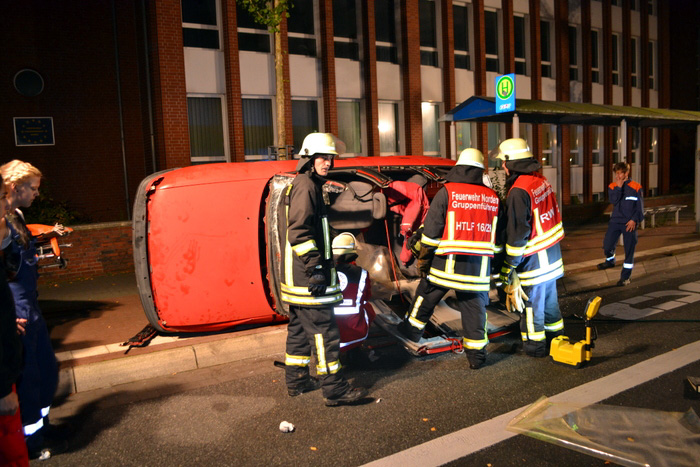 In der Herbstübung ging es um einen Verkehrsunfall mit zwei beteiligten Fahrzeugen auf der Norddeicher Straße. (Foto: Feuerwehr Norden)