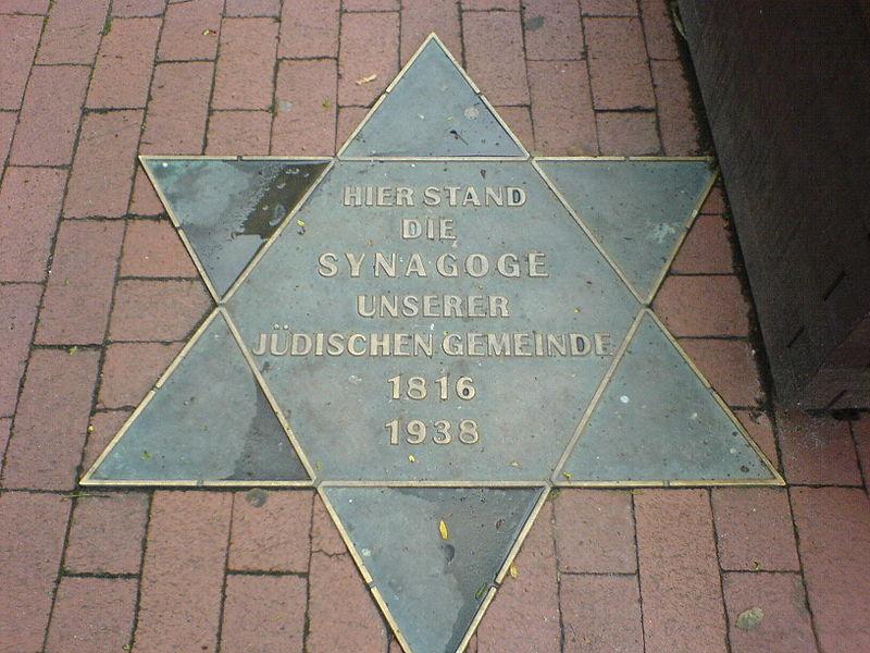 Gedenkplatte für die 1938 zerstörte Synagoge in Wittmund (Foto: DerDon123 / Wikipedia, GNU)