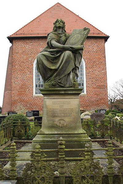 Denkmal für David und Johann Fabricius auf dem Friedhof von Osteel. (Foto: Matthias Süßen / Wikipedia, cc-by-3.0)