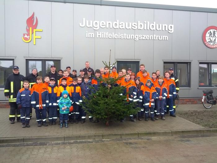 Die Jugendfeuerwehr sammelte Weihnachtsbäume (Foto: Freiwillige Feuerwehr Norden - Team Medienbetreuung, Uwe Bents)