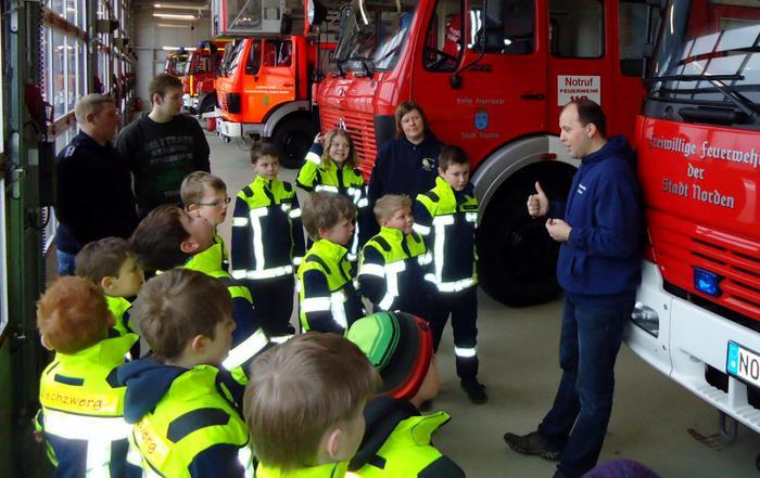 Aufmerksame Zuhörer bei der Präsentation der Fahrzeuge (Foto: Marina Klaassen)
