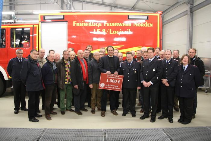 Dr. Thomas Weyel, Präsident der Norder Lions, begrüßte mit Stadtbrandmeister Dieter Stellmacher die Mitglieder des Clubs. (Foto: T. Weege)