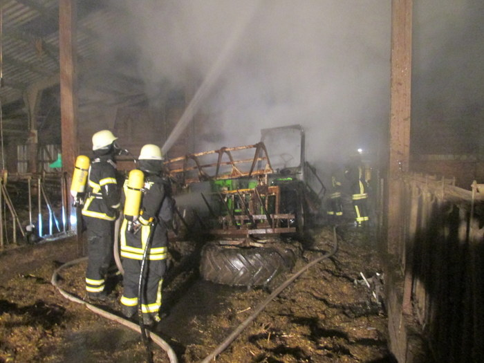 Der Teleskopradlader brannte völlig aus. (Foto: T. Weege)
