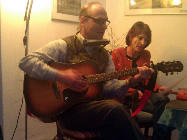 Tassilo Liebe begleitete die Autorin Anna-Sabina Herlyn auch bei dieser Lesung auf seiner Gitarre. (Foto: C. Wirringa)