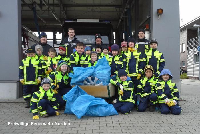 Fleißige Helfer der diesjährigen Müllsammelaktion: Die Löschzwerge und ihre Betreuer (Foto: Foto: M. Klaassen)