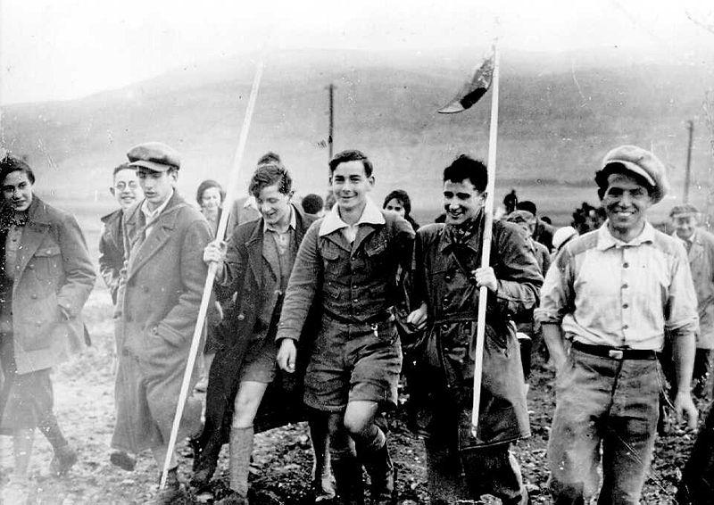 Februar 1934: Die erste Jugend-Alijah Gruppe aus Deutschland, unterwegs nach Kibbutz Ein Harod. (Foto: Kluger Zoltan / Wikipedia, PD)