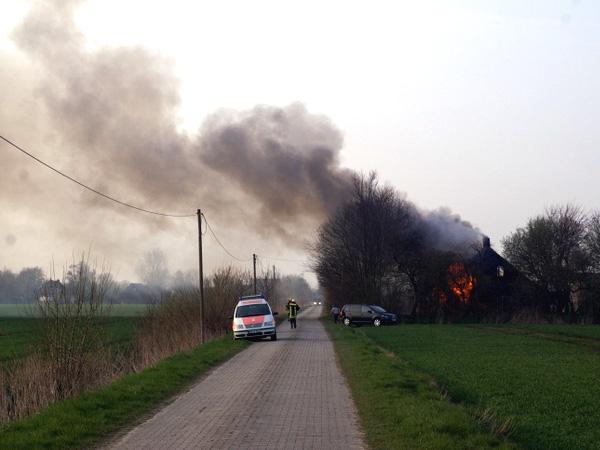 Das unbewohnte Bauernhaus in Westermarsch stand bei Eintreffen der Feuerwehr komplett in Flammen. (Foto: Freiwillige Feuerwehr Norden, Team Medienbetreuung, Thomas Weege)