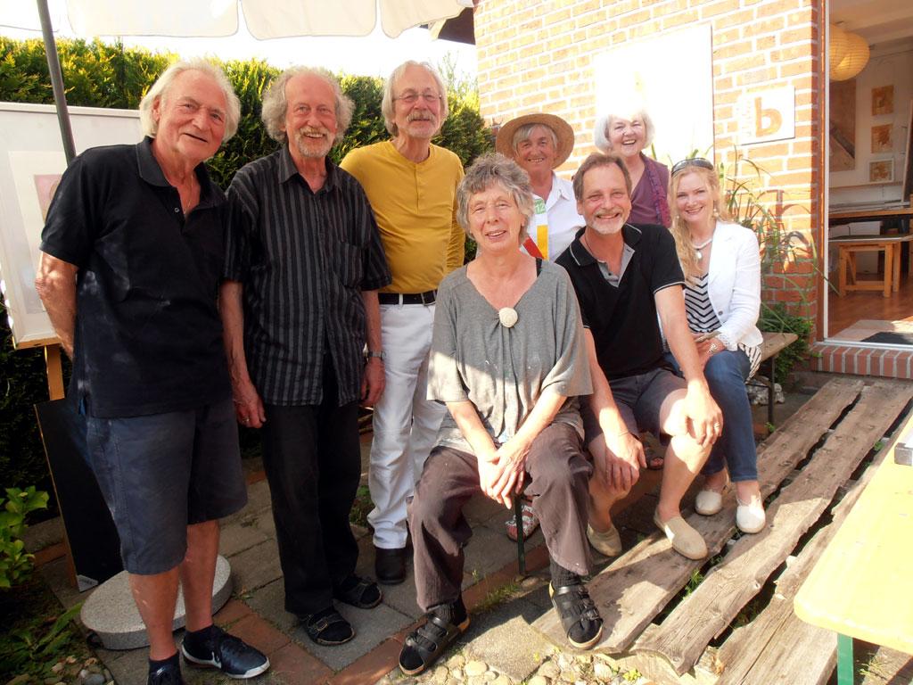 Die Ausstellerinnen und Aussteller des 4. Freiluft-Ateliers in Hage. (Foto: ts / cc-by-sa)
