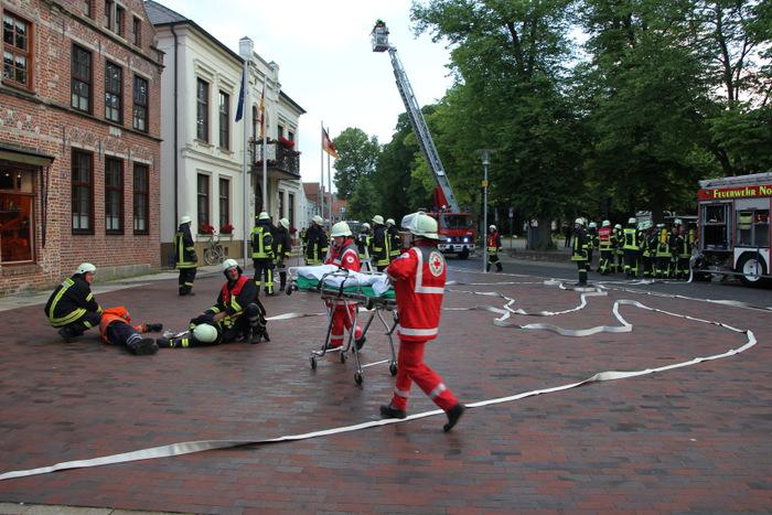 Erstmalig übten alle vier Hager Ortswehren aus Lütetsburg, Halbemond, Hagermarsch und Hage gemeinsam mit der vollständigen Norder Feuerwehr. (Foto: E. Weege)