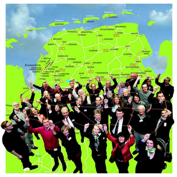 Die Vernetzung von Netzwerken ist das Ziel des Kulturnetzwerk Ostfriesland. Bei dem Kulturnetzwerk Ostfriesland beteiligen sich rund 30 kulturelle Netzwerke, die mindestens rund 5.000 Kulturschaffende und -Veranstalter direkt ansprechen und erreichen. Insgesamt wurden 500.000 Besucher im Jahr 2013 gezählt. Foto: Miriam Müller, Collage BeBold, Aurich 2013.