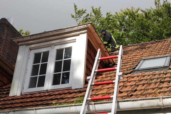 Am Dienstag musste die Feuerwehr Norden ausrücken, um eine 16-jährige von einem Hausdach zu retten. (Foto: T. Weege)