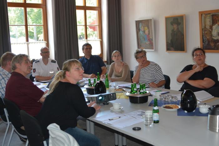 Die Mitglieder der Lenkungsgruppe des Norder Präventionsrates werfen einen Blick auf die neue Homepage. (Foto: Stadt Norden)