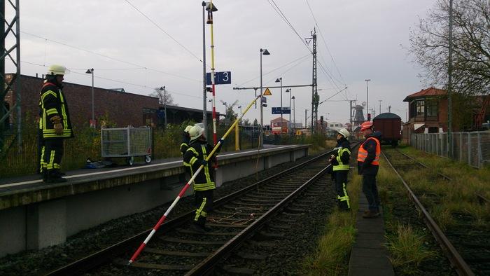 Ein Praxistrainer der Deutschen Bahn vermittelt die benötigte Fachkenntnis zur Erdung von Oberleitungsanlagen (Foto: M. Klaassen)