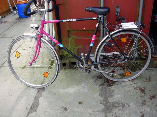 Am Dienstag wurden im Bereich Leezdorf ein pink/schwarzes Fahrrad der Marke Hercules sowie ein rot/schwarzes Pocketbike in Leedorf sichergestellt. (Foto: PI Aurich/Wittmund)