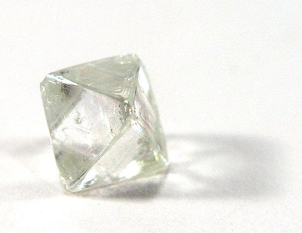 Ungeschliffener Diamant (Foto: Rob Lavinsky / iRocks.com - http://www.mindat.org/photo-39513.html)