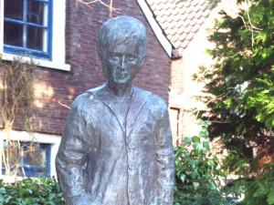 """Skulptur der Romanfigur """"Keerlke"""" der ostfriesischen Schriftstellerin Wilhelmine Siefkes im Innenhof des Rathauses von Leer (Ostfriesland). (Foto: T. Bosse, cc-by-sa 3.0)"""