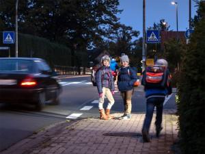 Gefahren auf dem Weg zur Schule in Dämmerung und Dunkelheit: Richtiges Verhalten ist jetzt wichtiger denn je. (Foto: obs/TÜV NORD GROUP)