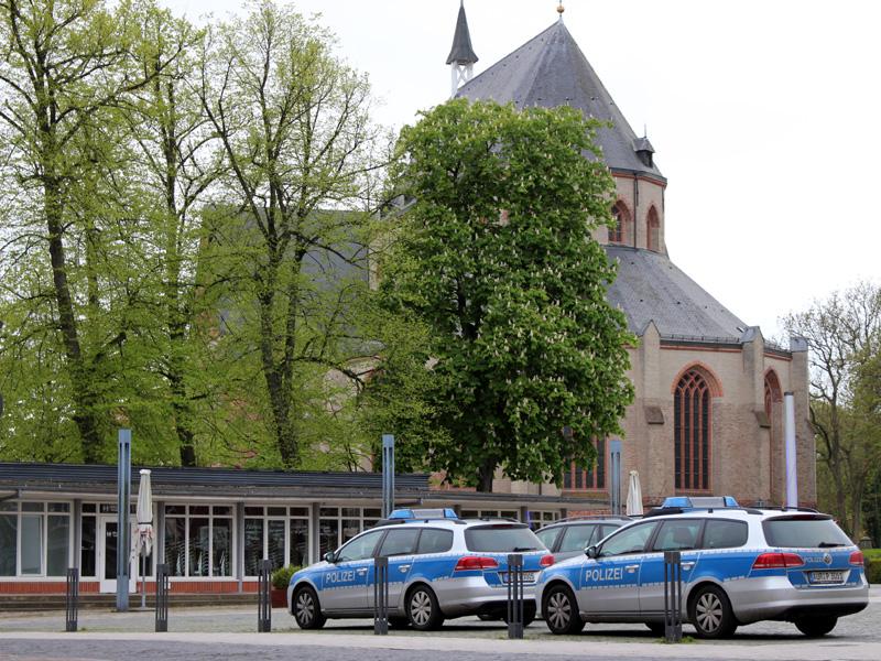 Streifenwagen der Polizei auf dem Norder Marktplatz. (Foto: gf / cc-by-sa)