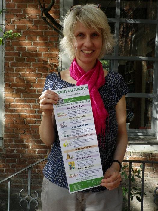 Anke Czepul, Leiterin der Stadtbibliothek Norden mit dem neuen Veranstaltungskalender. (Foto: Stadt Norden)