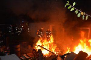 Sperrmüllbrand in der Sielstraße in der Nacht zum 6. November. (Foto: T. Weege)